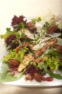 Bukiet kolorowych sałat sezonowych ze smażonymi borowikami i orzechami pekan