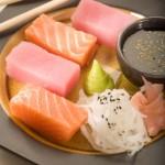 Cesarskie sashimi z tuńczyka i łososia norweskiego podane z emulsją z chrzanu wasabi, białą rzepą, marynowanym imbirem i sosem sojowym z ziarnami sezamu
