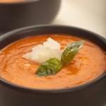 Chłodnik z czerwonej papryki z suszonymi pomidorami, bazylią i świeżo tartym parmezanem