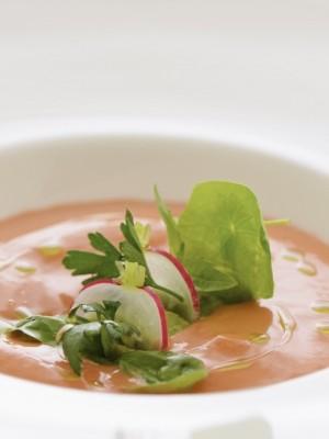 Chłodnik z pomidorów malinowych z truskawkami i guacamole