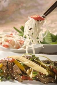 Cienkie paseczki wołowiny z sosem sojowym, imbirem i czosnkiem podane z makaronem sojowym