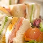Club sandwich z jajkiem, pieczonym bekonem i pastą z kurczaka