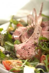 Comber jagnięcy z sosem miodowo-truflowym i sałatką z serem feta