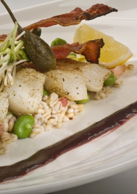 Filet z halibuta z kaszą pęczak, bobem i bekonem