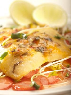 Filet z soli podany z aromatycznymi truskawkami i czarnym pieprzem