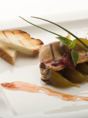 Foie gras z patelni podane na karmelizowanych figach z płatkami róży