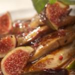 Gęsie watróbki z patelni podane na karmelizowanych figach z płatkami róży i czarnym pieprzem