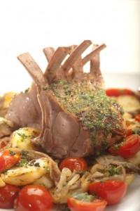 Górka cielęca podana na smażonych boczniakach z ziemniakami i aromatycznym sosem pesto