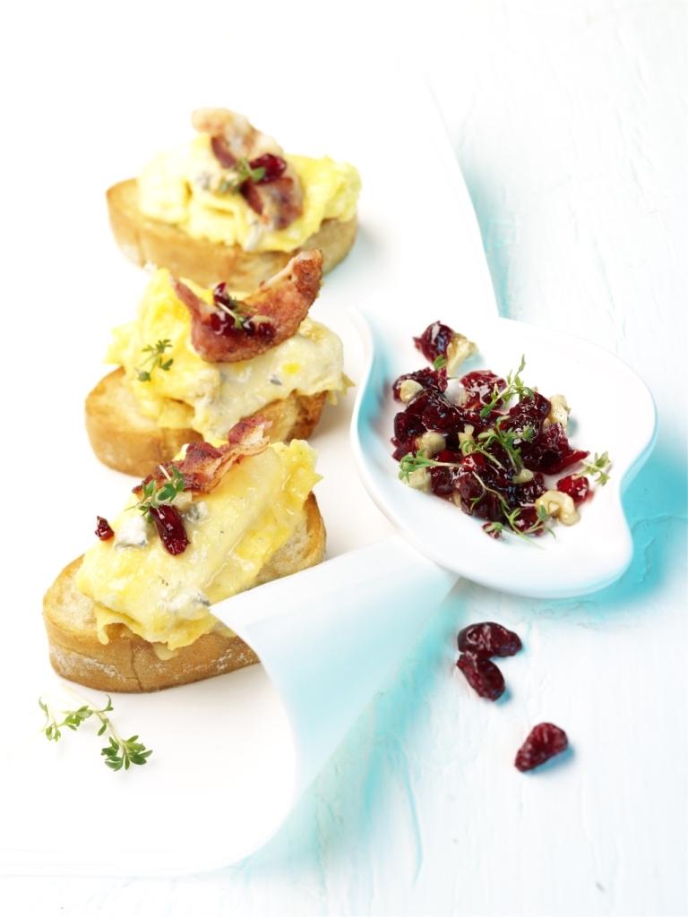 Grzanki z omletem, serem gorgonzola i sosem z żurawiny amerykańskiej