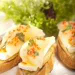 Grzanki z serem brie i pikantną gruszką
