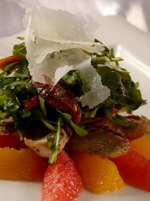 Imbirowa pierś z perliczki podana z sałatką z filetowanych pomarańczy i grejpfrutów
