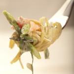 Linguine truflowe z zielonymi szparagami, pomidorami concasse, wędzonym łososiem norweskim i świeżo tartym parmezanem