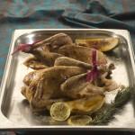 Marynowana perliczka z pieca podana z gruszkami w miodzie i śliwowicy z czarnym pieprzem