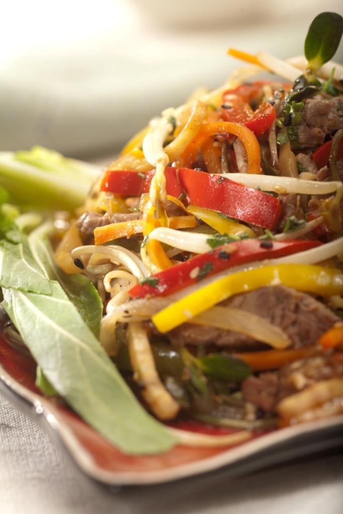 Marynowana polędwica wołowa po tajsku na sałatce z chrupiących świeżych kiełków z palonymi ziarnami sezamu