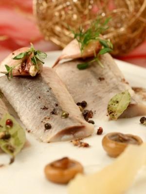 Marynowane śledzie norweskie w czosnku i kolorowym pieprzu z rydzami i gruszkami