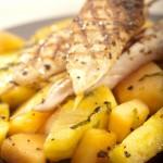 Marynowane szaszłyki z polędwiczek z kurczaka podane z pikantnym karmelizowanym ananasem i melonem gallo