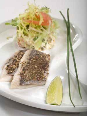 Norweskie filety śledziowe z grubo mielonym czarnym pieprzem i sałatką warzywną