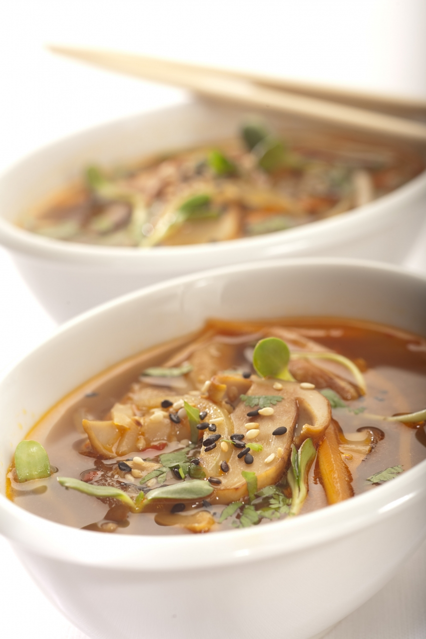 Orientalna zupa z grzybów leśnych ze świeżą kolendrą i ziarnami sezamu