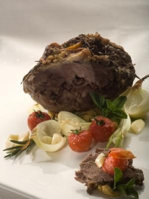 Pieczony udziec jagnięcy z miętą, czosnkiem i puree z grochu