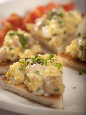 Pieczywo tostowe podane z móżdżkiem cielęcym z jajkami