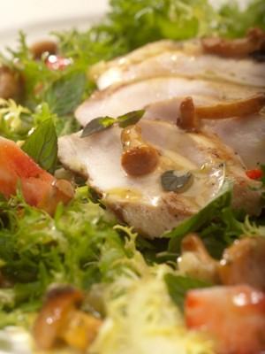 Pierś z kurczaka marynowana w rozmarynie podana na kurkach z truskawkami i białym kremem balsamico