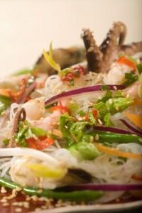 Pikantna sałatka z owoców morza z makaronem ryżowym i świeżą miętą
