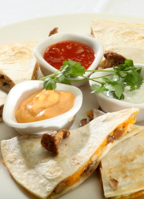 Quesadillas z pieczoną piersią kurczaka, kurkami i serem cheddar