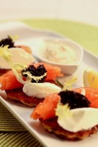 Racuszki z cukinii z ziarnami zbóż podane z wędzonym łososiem norweskim, kawiorem i kwaśną śmietaną