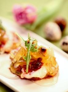 Racuszki ziemniaczane z ziarnami zbóż podane z wędzoną piersią kaczki, prażonymi migdałami i konfiturą z pigwy