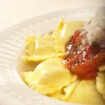 Ravioli ze szpinakiem i serem ricotta z klasycznym sosem pomidorowym i świeżą bazylią
