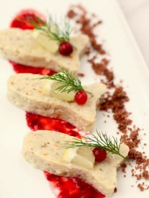 Rolada z sandacza z bakaliami i sosem żurawinowym