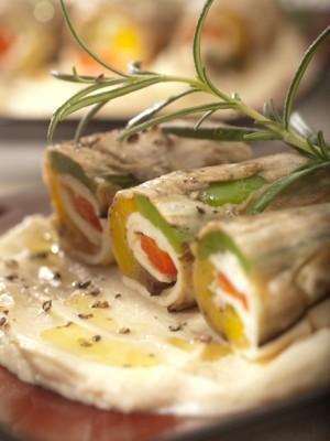 Roladki z bakłażana i pieczonej papryki z cypryjskim serem haloumi, rozmarynem i pikantną oliwą