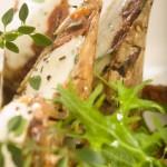 Roladki z grillowanego bakłażana i cukinii z serem kozim, suszonymi pomidorami i ziołami