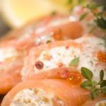 Roladki z łososia norweskiego nadziewane serem ricotta z kurkami i ziołami podane z sosem jogurtowym
