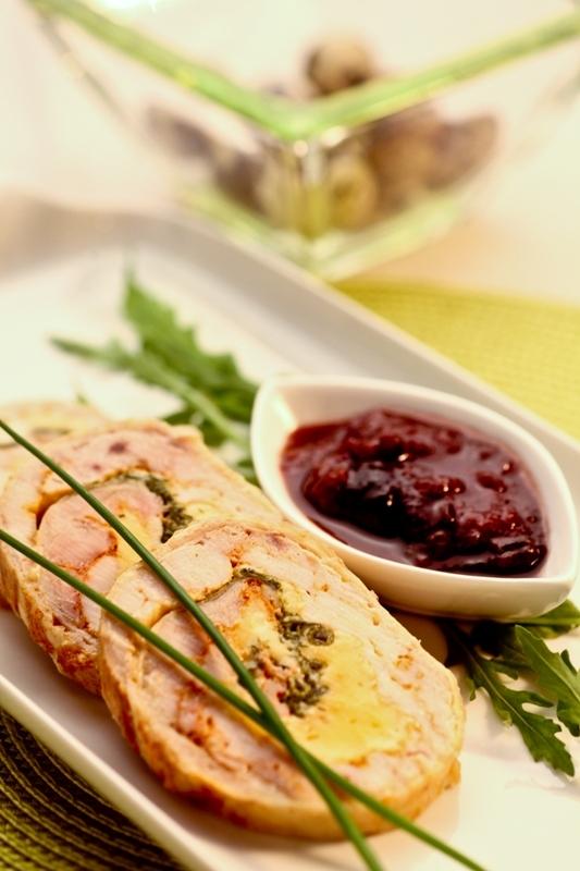 Roladki z polędwiczek wieprzowych z omletem borowikowym i liśćmi szpinaku