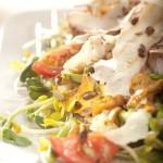 Sałatka na ciepło ze smażonych kurek ze szparagami i plastrami grillowanej ośmiornicy