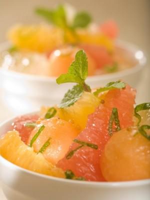 Sałatka owocowa ze świeżą miętą i białym kremem balsamico