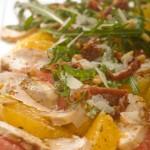Sałatka z filetowanych pomarańczy i grejpfrutów podana z ziołową piersią z kurczaka