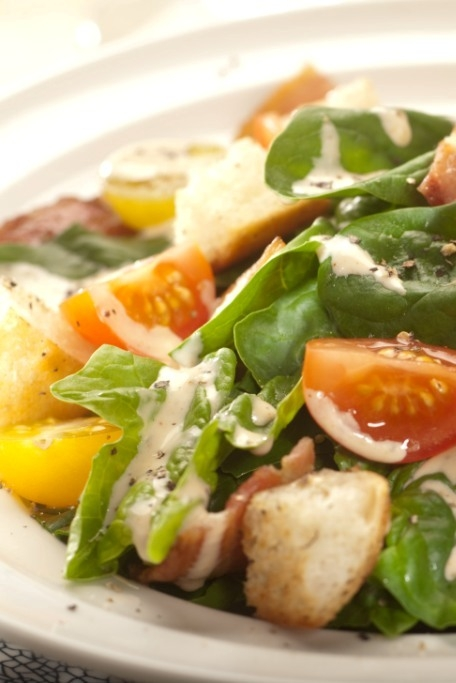 Sałatka z młodym szpinakiem, bekonem i sosem włoskim z serem peccorino