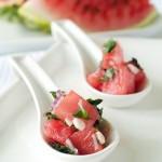 Sałatka z pomidorów malinowych, arbuza i owczego sera bundz z sosem miodowo-miętowym i prażonymi pestkami dyni