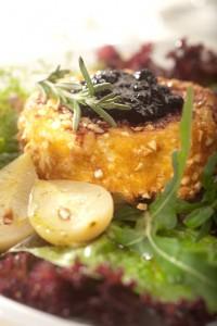 Ser camembert panierowany w bułce z orzechami i jagodami w żubrówce