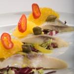 Śledź norweski z awokado, filetowanymi pomarańczami i świeżo siekaną kolendrą