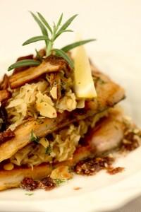 Smażony filet z pstrąga z płatkami migdałów i sosem piernikowym