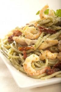 Spaghetti z kurczakiem, krewetkami i bazyliowym pesto