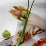 Spring rolls z wędzonym na gorąco pstrągiem podane ze słodkim sosem sojowym aromatyzowanym imbirem i chili