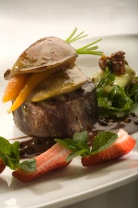Stek z polędwicy wołowej z gęsią wątróbką podany z sosem z zielonego pieprzu i czekolady