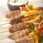 Szaszłyczki wieprzowo-wołowe z przyprawą kebab-gyros podane z tzatzikami i świeżą miętą