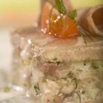 Torcik z pieczonej cielęciny z czosnkiem i tymiankiem przekładany musem jajecznym z kaparami i anchois oraz sosem z rzeżuchy