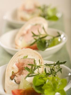 Tortilla z warzywami, tuńczykiem, szpinakiem i białym serem