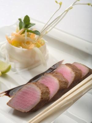 Tuńczyk w sosie sojowym podany z białą rzepą, mango, świeżym ogórkiem i chrzanem wasabi